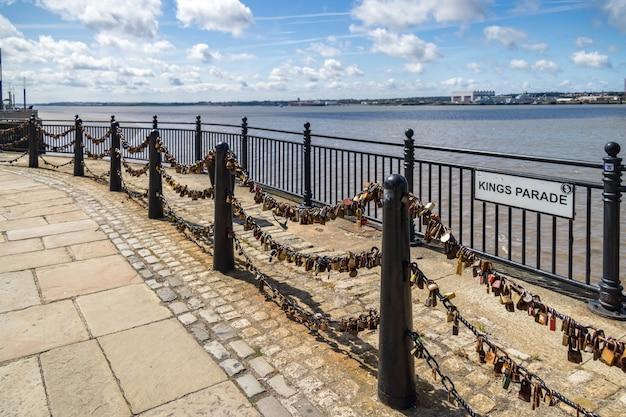 Навесные замки на цепях на kings parade ливерпуль, англия