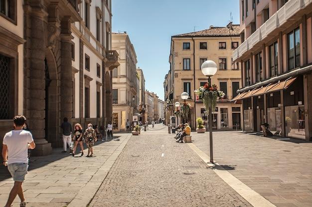 パドヴァ、イタリア2020年7月17日:人々とパドヴァ通りの実際のシーン