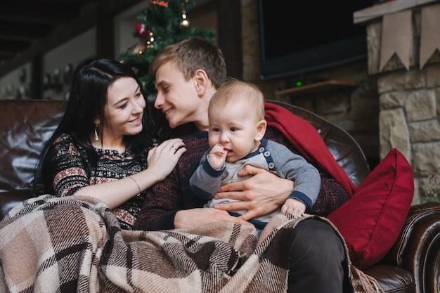 Padres con un bebé en navidad