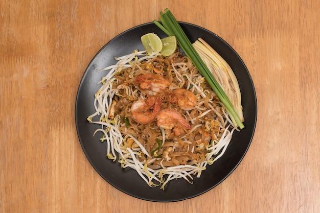 Padthaiのプレート、フライドエビと野菜のタイヌードル、タイ料理