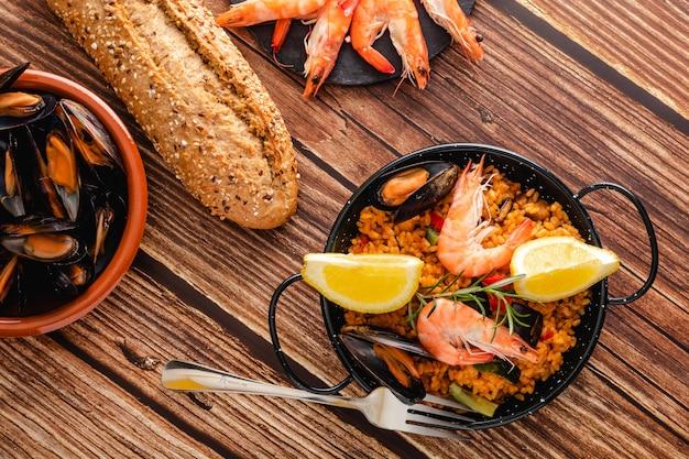 タパプレートで提供されるパエリアの伝統的なスペイン料理