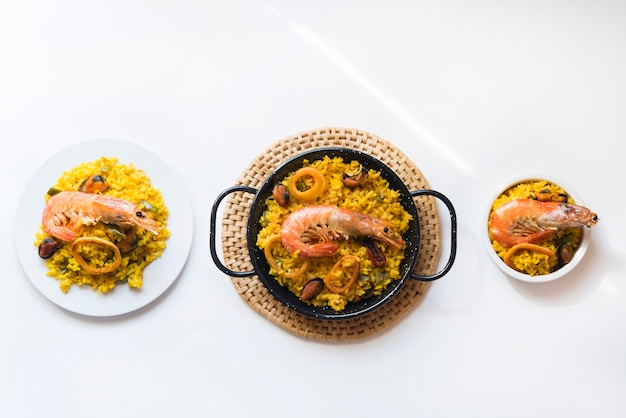 Паэлья типичная испанская еда на гранитном фоне