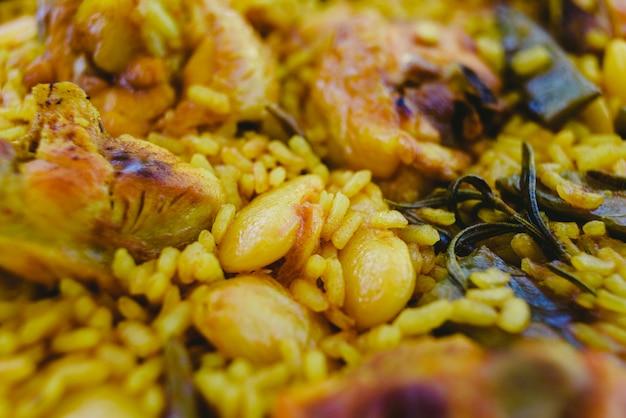伝統的なpaella valenciana地中海料理のクローズアップ