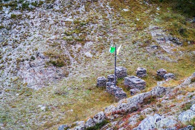 Языческое ритуальное место на склоне холма, вид сверху россия горный алтай