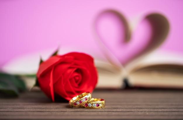 결혼 반지와 함께 책 곡선 심장 모양의 페이지