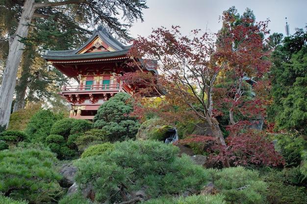 日本庭園のパゴダ