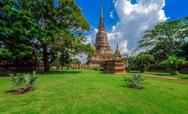Пагода в ват яй чаймонгкол или ват яй чай монгхон, храм в историческом парке аюттхая, аюттхая, таиланд.