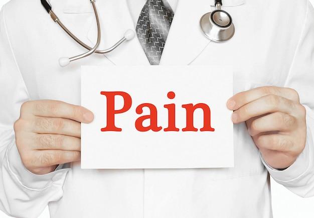 医師の手にある痛みカード