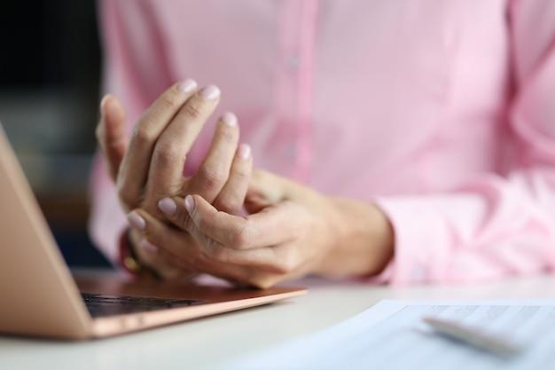 Боль в руке женщины между пальцами - проблемы ноутбука с руками при работе на компьютере