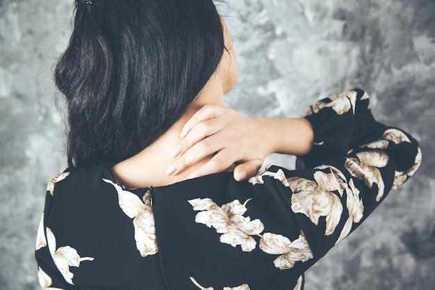Боль в шее молодой женщины