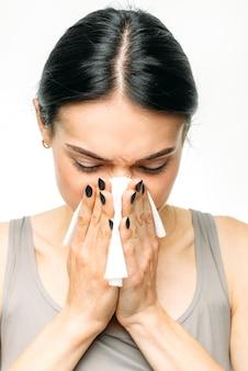 Болезненная женщина с насморком, соплями или гриппом
