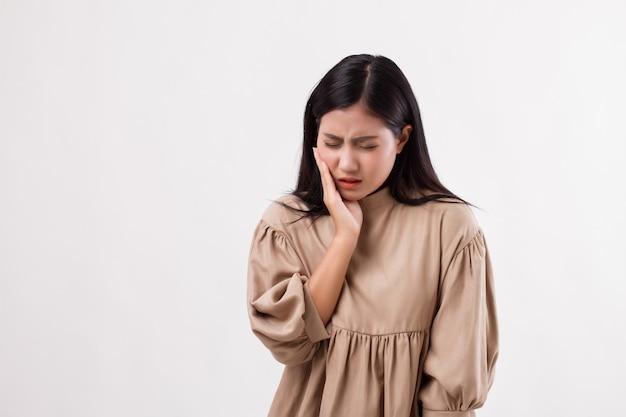 치통, 충치, 감수성을 가진 고통스러운 여자