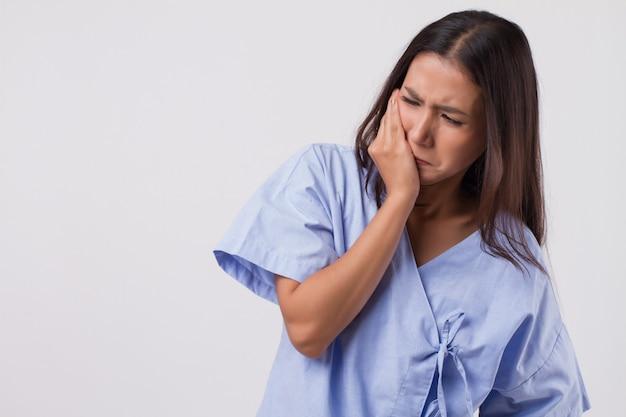 치통, 충치, 감수성을 가진 고통스러운 여성