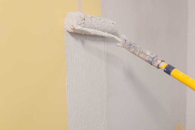벽을 칠하기 위한 페인트 브러시, 벽에 석고를 바르기