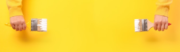 노란색에 여자의 손에 페인트 브러시