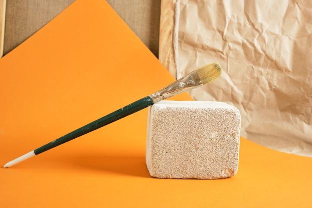 Кисть на бетонном подиуме, концепция художественной мастерской