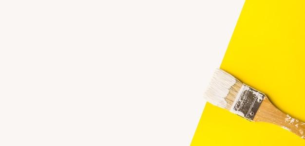 Кисть с фоном цветового пространства. дизайн для идей концепции баннера или обложки
