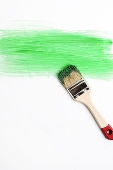 緑のペンキでペイントブラシ
