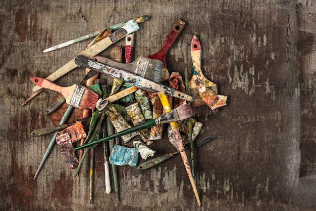 페인트 브러시 및 나무 테이블에 유성 페인트 튜브