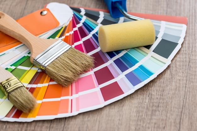 색상 견본, 나무 테이블 배경에 페인트 브러쉬