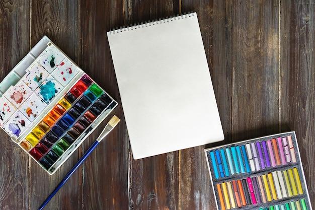 ペイントブラシ、水彩絵の具、クレヨンパステルチョーク
