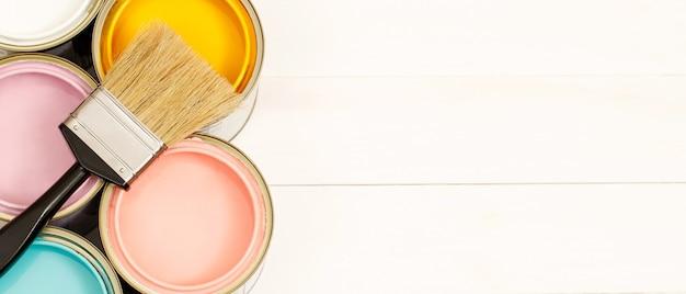 ペンキ缶とペイントブラシ、そして完璧なインテリアペイントカラーと健康に良いものを選ぶ方法