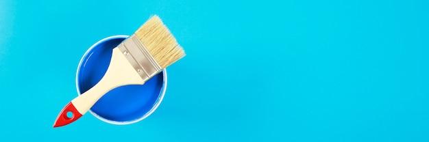 Цветовая палитра банок с краской на синем фоне, концепция ремонта дома