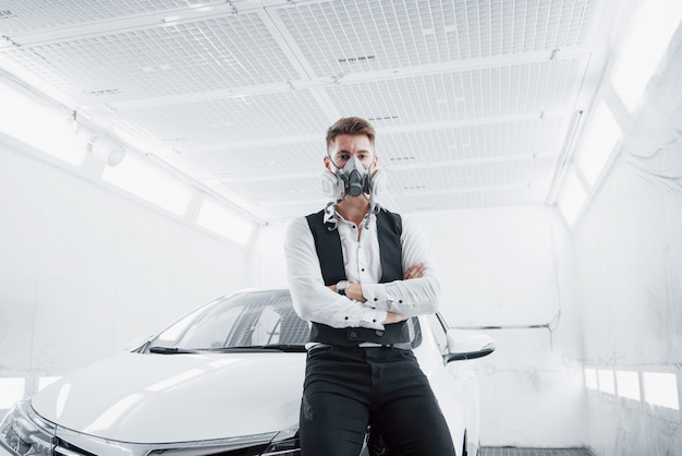 Paint a car in a spacious car service