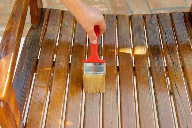 塗装塗装と木の表面の保護オーク色のインテリア用ニスを使用した塗装