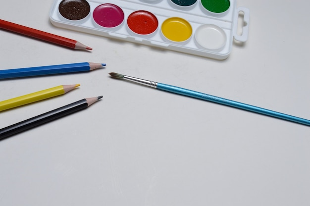 수채화, 연필 및 브러시를 그리기 위한 페인트