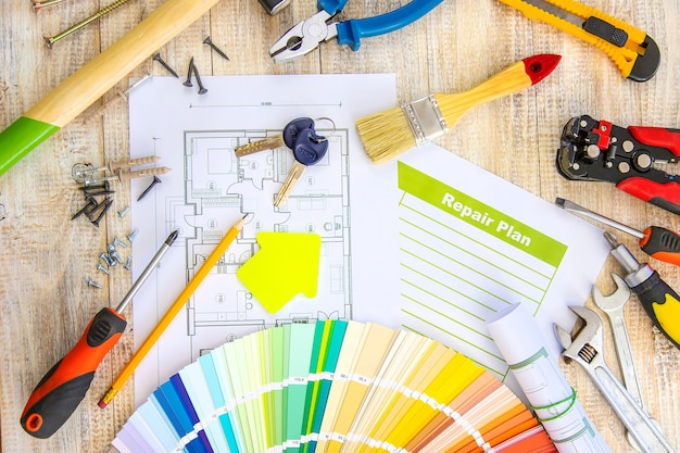 페인트 팔레트 하우스 계획 및 수리 도구. 선택적 초점. 색깔.