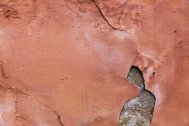 Vernice scrostata sulla superficie del muro di cemento