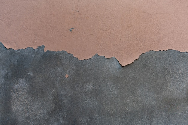 Краска отслаивается от цементной стены зернистой текстуры фона