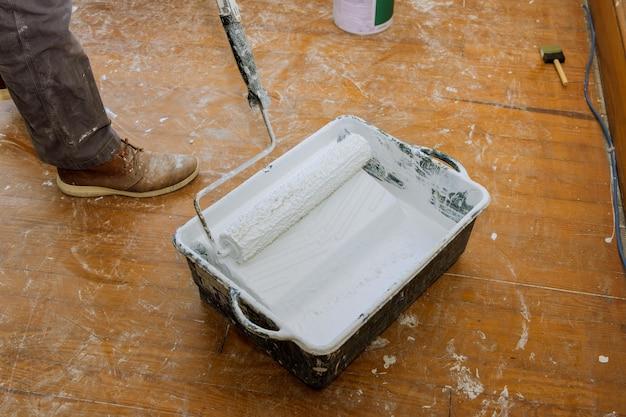壁や天井に塗装するためのペイントローラー簡単なインテリアリフォーム