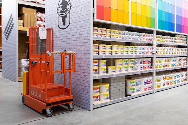さまざまな色の多くのメーカーからの製品の幅広い選択を持つペイントショップ。
