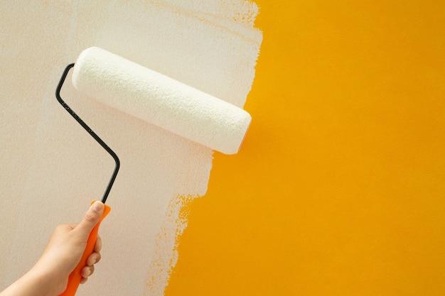 家の壁に自分で家を白と黄色に塗ってください。
