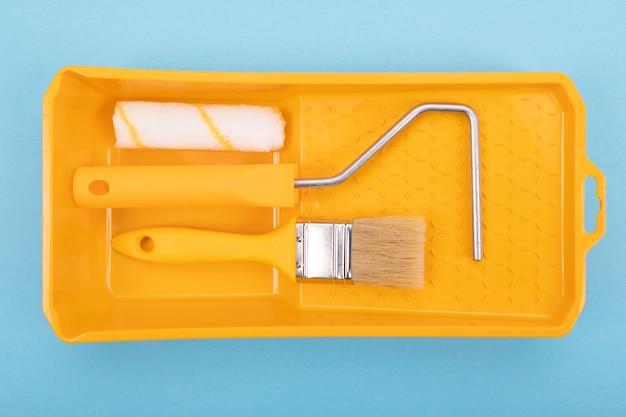 ペイントツールペイントブラシとペンキのための皿が付いているローラー。モックアップ