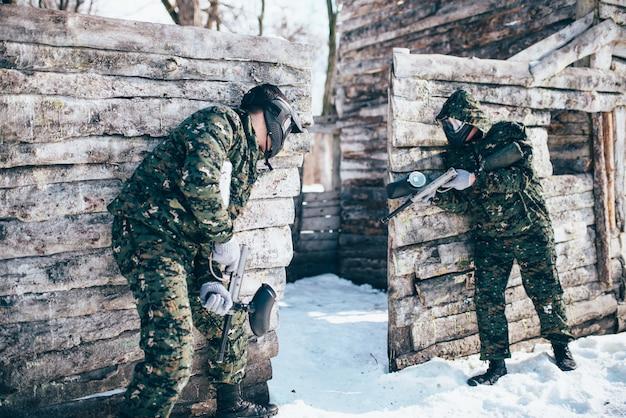 Пейнтбольный бой, пейнтбол в зимнем лесу