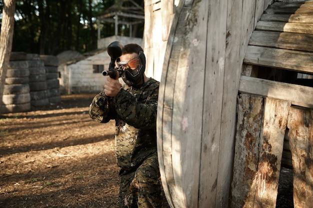 Пейнтболист, прицеливание с оружием из укрытия