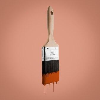 茶色の色で塗られたブラシは、髪の毛から垂れ下がっています。