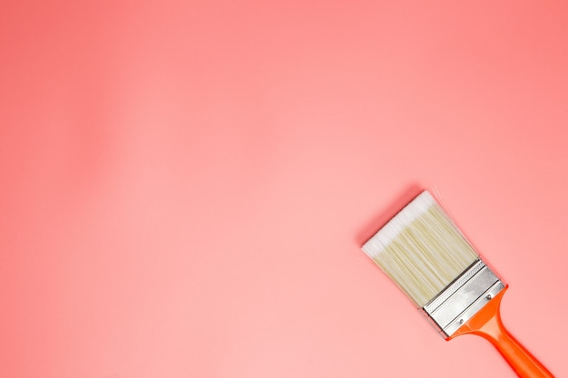 パステルピンクの背景、上面図、コピースペースに絵筆