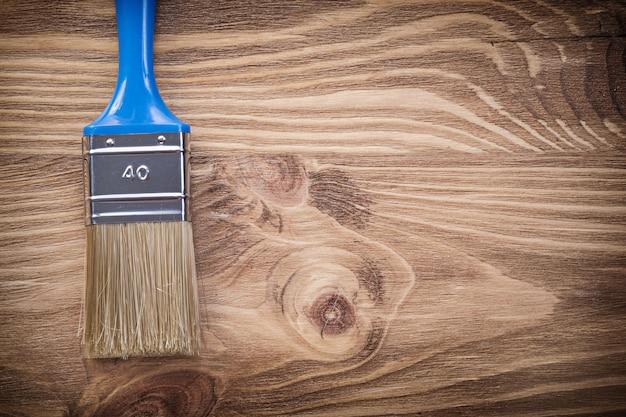 Кисть на деревянной доске