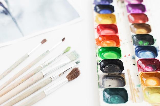 絵筆セットと水彩パレットのクローズアップ