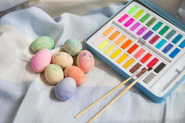 수채화 물감으로 칠해진 다채로운 부활절 달걀을 그린