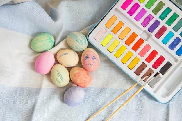 수채화 물감으로 칠해진 다채로운 부활절 달걀을 그린 프리미엄 사진