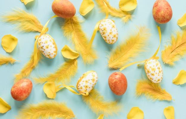 그린 된 부활절 달걀과 깃털