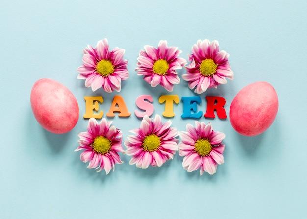 그린 된 부활절 달걀과 꽃