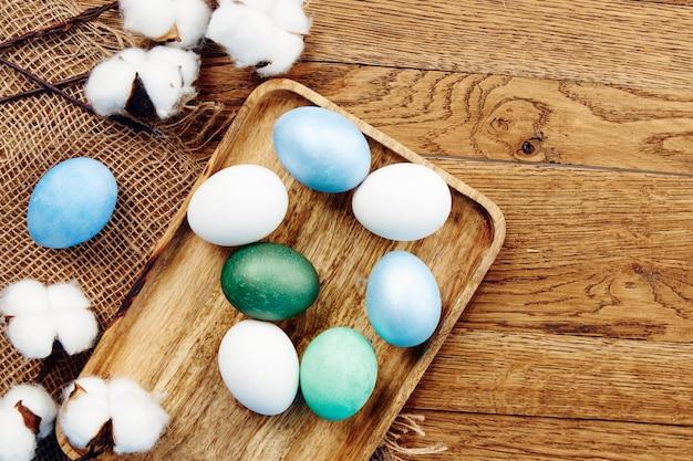 木の板の装飾の伝統の春の休日に描かれたイースターエッグ