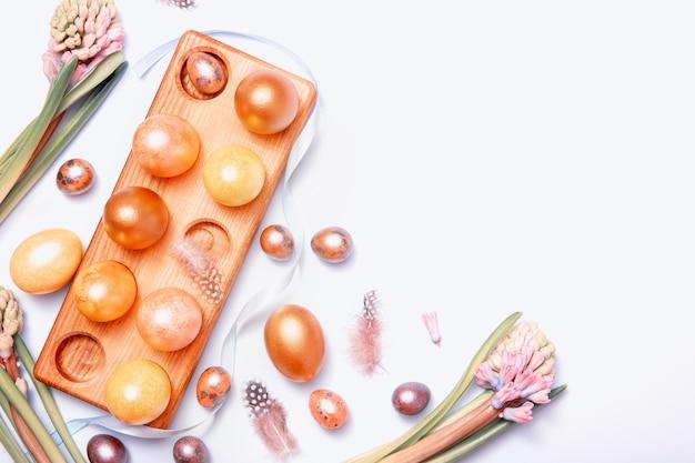 Расписные пасхальные яйца с украшением и копией пространства, вид сверху