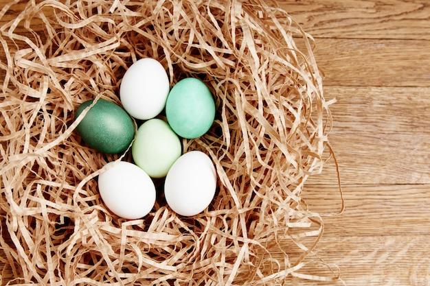 イースター休暇のための巣の装飾に塗られた卵